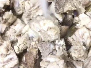 山药玉米排骨汤,烧开后将排骨捞出来洗干净,然后沥干水份。