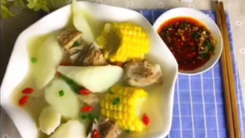 山药玉米排骨汤,重口味可以配一个蘸水碟。