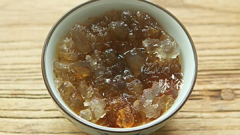 桃胶黑加仑椰奶西米露,泡发了一天的桃胶胀大了10倍。