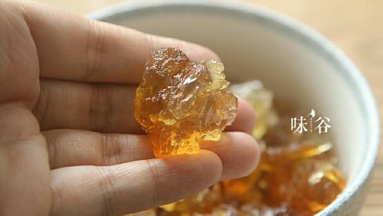 桃胶黑加仑椰奶西米露,去掉水处理干净的桃胶,可以掰成小块。