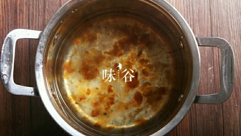 桃胶黑加仑椰奶西米露,把桃胶加水放到锅中大火烧开转小火慢炖1小时。