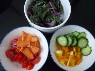 腊肉藜麦沙拉,蔬菜类洗净切成任意形状
