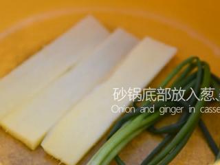 苏州樱桃肉,酥烂入味,色香味俱佳!,砂锅底部放入葱、姜片