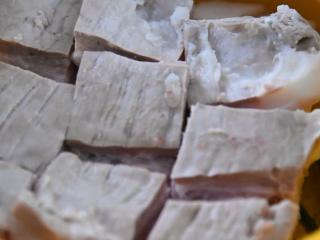 苏州樱桃肉,酥烂入味,色香味俱佳!,肉皮部分朝下放