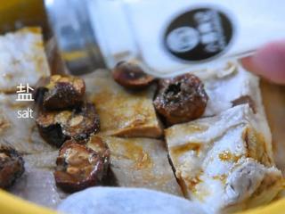 苏州樱桃肉,酥烂入味,色香味俱佳!,倒入生抽、料酒、盐