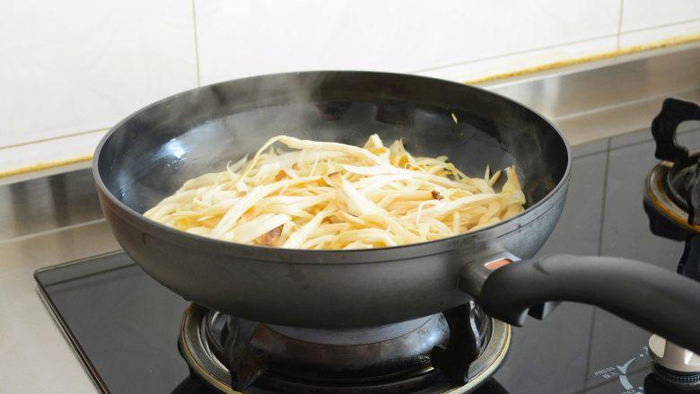 【孜然杏鲍菇】PK烧烤金针菇,完胜~,慢慢煸炒到水分殆尽。 别着急添加任何调料, 如果有点粘锅就把火调小一些~