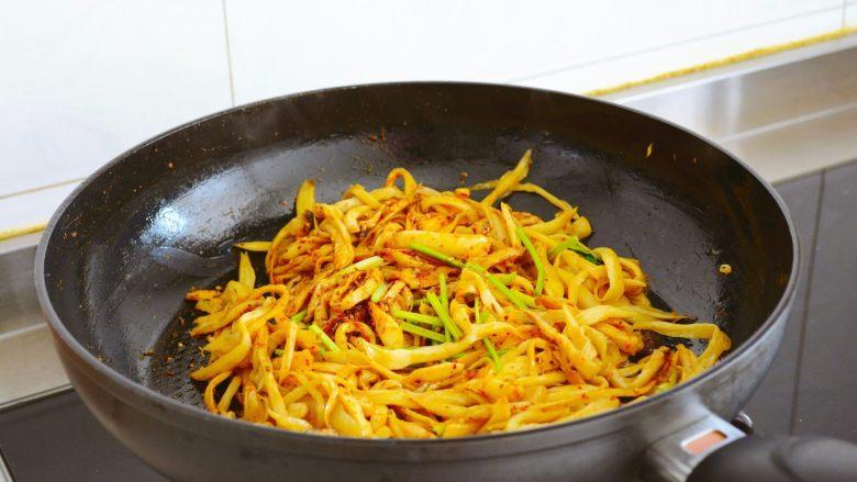 【孜然杏鲍菇】PK烧烤金针菇,完胜~,最后放入香菜翻炒均匀即可~