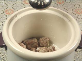 胡萝卜玉米排骨汤,准备一个炖锅,加入排骨。