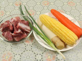 胡萝卜玉米排骨汤,准备的材料有:排骨、玉米、胡萝卜、葱、姜。
