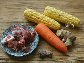 把春天喝进胃里的(田园猪骨汤),准备好材料。