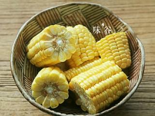把春天喝进胃里的(田园猪骨汤),玉米去皮、切块。