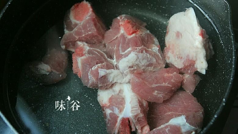把春天喝进胃里的(田园猪骨汤),锅里加入洗净斩件的排骨加凉水烧开,煮出浮沫血水.