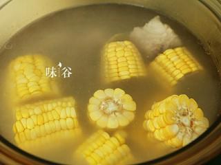 把春天喝进胃里的(田园猪骨汤),1小时后加入玉米。