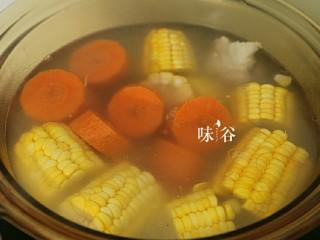 把春天喝进胃里的(田园猪骨汤),加入胡萝卜。盖上盖子,继续熬煮半小时。