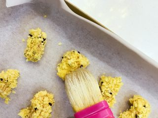 宝宝辅食:宝宝版健康鸡米花-24M+ ,将处理好的鸡块均匀码入烤盘,用刷子蘸一点植物油刷在表面。 》植物油不要太多,宝贝不能吃太多油哈。
