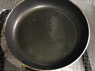 厚蛋烧,平底锅上灶加热~等锅热了加倒入橄榄油