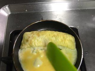 厚蛋烧,卷完一层把蛋卷推到一边~再继续倒入蛋液~如果起泡就把泡戳了