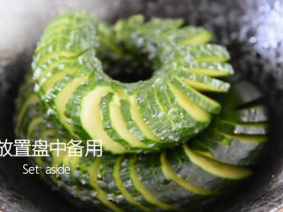 2分钟学会这道网红菜——蓑衣黄瓜,放置盘中备用