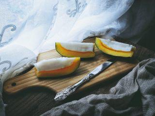 木瓜椰奶冻,冷藏好的木瓜取出,切开