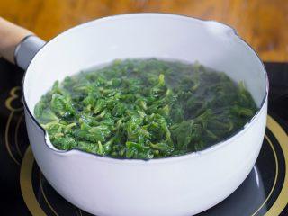 清明糍粑,清明草摘净,过水洗干净后焯水。焯水时可以放少许食盐,这样能让清明草的颜色保持翠绿。