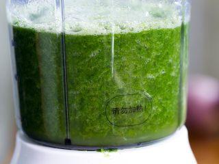 清明糍粑,把焯过水的清明草捞出,放一点热水再稍微焯一下,撇去多余的水后倒入榨汁机中把清明草搅碎成清明草汁。