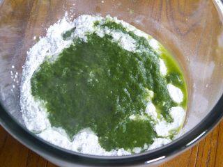 清明糍粑,糯米粉中倒入适量的白糖,食用油,蜂蜜和适量的清明草汁一起揉面,清明草汁要一点一点放,以免清草汁放太多面团不成形。