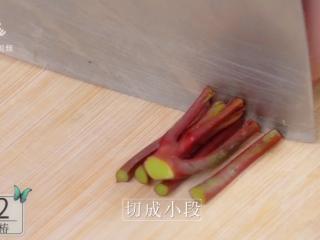 香椿炒鸡蛋,春季食补新主张,切成小段