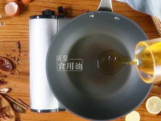 香椿炒鸡蛋,春季食补新主张,锅中倒入适量食用油