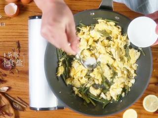 香椿炒鸡蛋,春季食补新主张,加1茶匙食盐,翻炒均匀