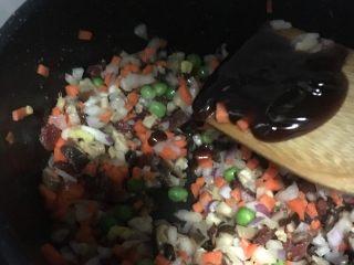 蛋黄糯米烧卖,加入调料,放少许水翻炒