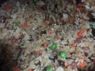 蛋黄糯米烧卖,然后加入糯米饭翻炒上色均匀