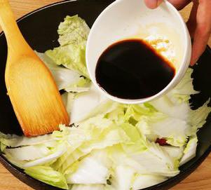 酸辣白菜,加入碗汁继续炒
