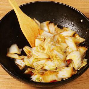 酸辣白菜,将碗汁延锅边慢慢搅动,不能让汤汁沾锅