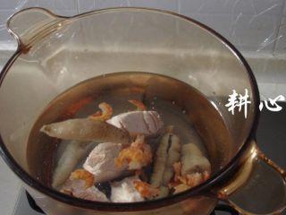 海参竹荪汤,食材全部放入煮锅中,一次性加入1500ml清水。