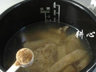 海参竹荪汤,放入适量的海鲜粉调味,即可盛出享用。