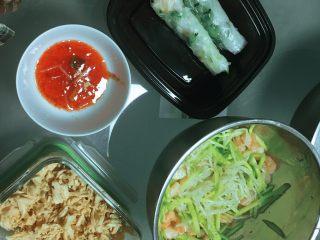 越南春卷,把豆芽煮熟,黄瓜剥丝,并煮熟鸡胸肉和虾仁(鸡胸肉怎么煮可以看我上一个菜谱,味增鸡胸肉)