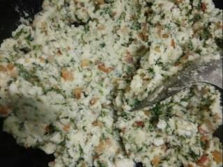 蒿子粑粑,将事先准备好的米粉倒入,搅拌均匀。