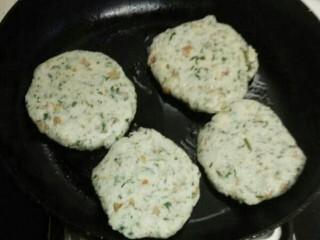 蒿子粑粑,做成圆饼形状。