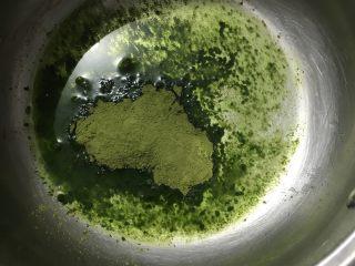 烫面抹茶蛋糕卷,抹茶粉放入热水里