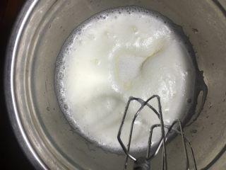 烫面抹茶蛋糕卷,打发至小泡时加入20克糖