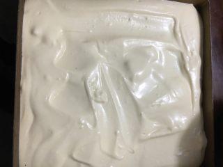 烫面抹茶蛋糕卷,倒入剩下的面糊,用刮刀轻轻抹平