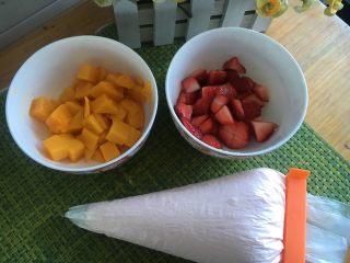 烫面抹茶蛋糕卷,草莓芒果切小块