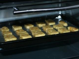 ≈芒果曲奇≈,放入烤盘中,170度烤18分钟左右,表面微微上色即可
