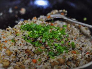 烧卖,倒入葱绿,加入盐和糖,盐适当可以多一点
