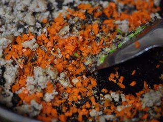 烧卖,再放入胡萝卜炒香,和之前的混合炒匀