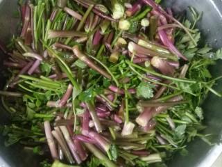 肉片炒野菜,洗净切断