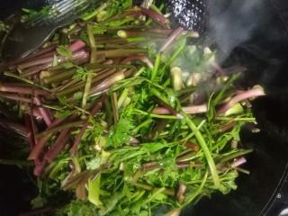 肉片炒野菜,下芹菜翻炒