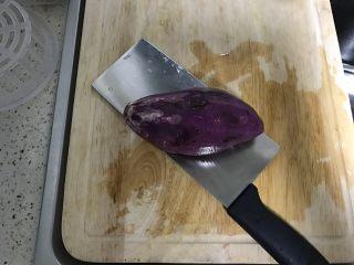 紫薯银耳羹,紫薯削皮洗净。