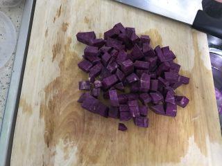 紫薯银耳羹,紫薯切丁。