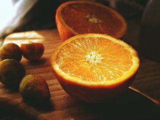 春日小清新之 香橙煎鸡肉,橙子对半切开